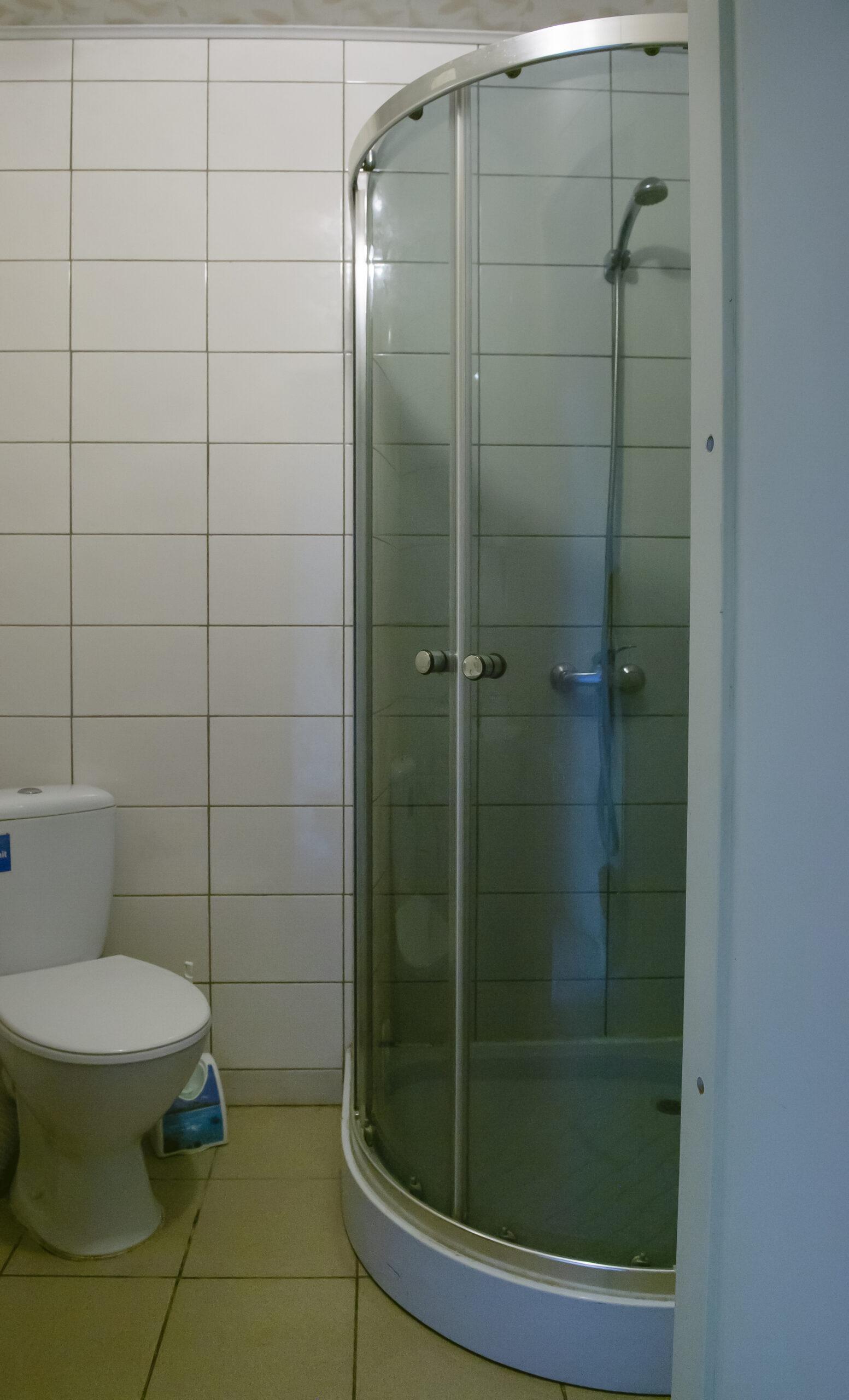 Bendras dušas su tualetu