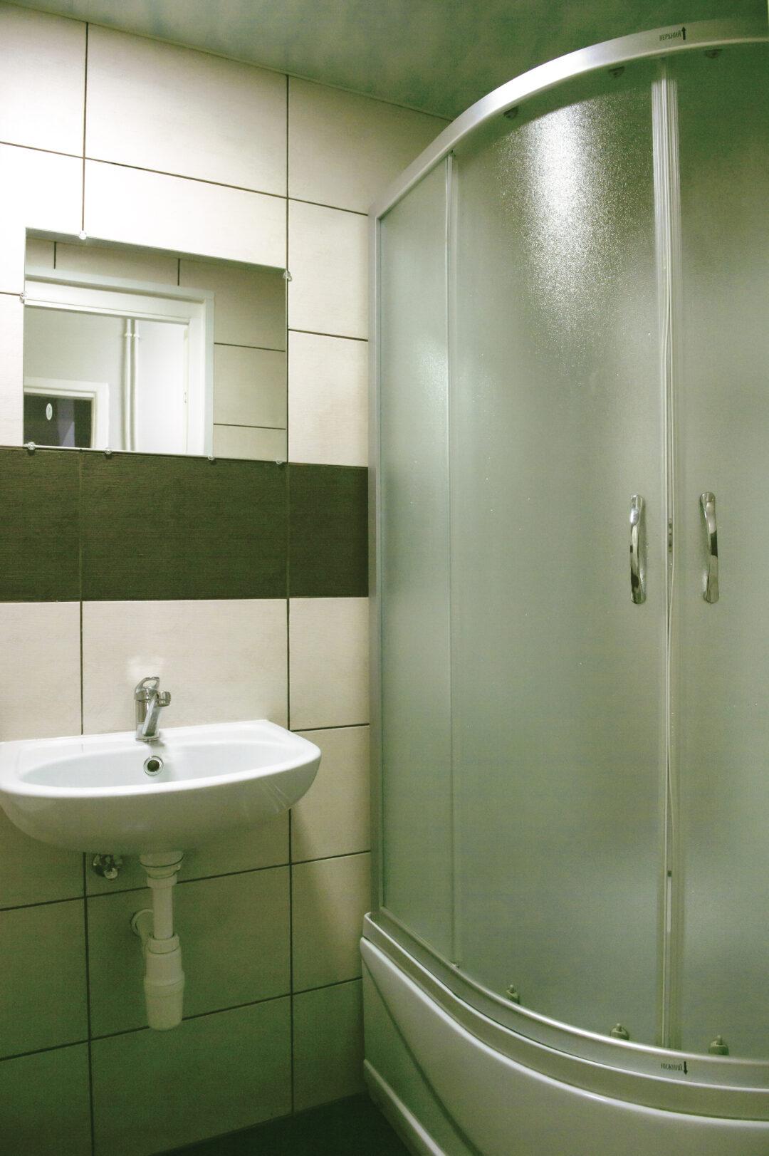 Kambario su patogumais dušas ir tualetas (2)