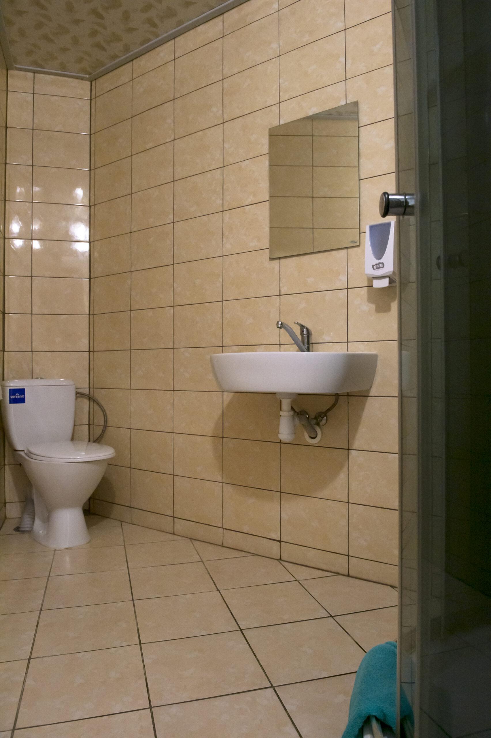 Kambarių su patogumais dušas ir tualetas (2)