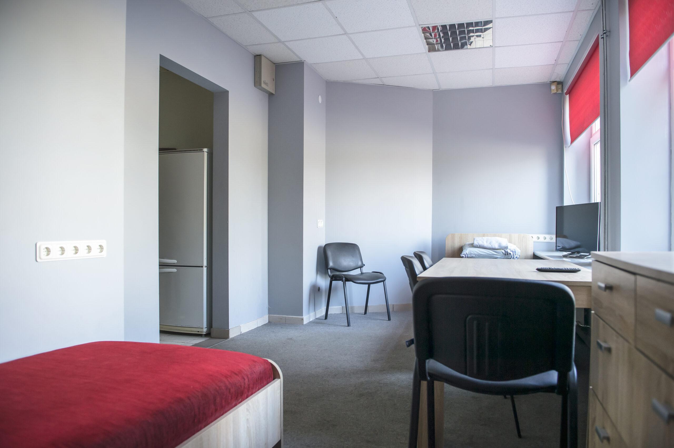 Trivietis kambarys su dušu ir tualetu (3)