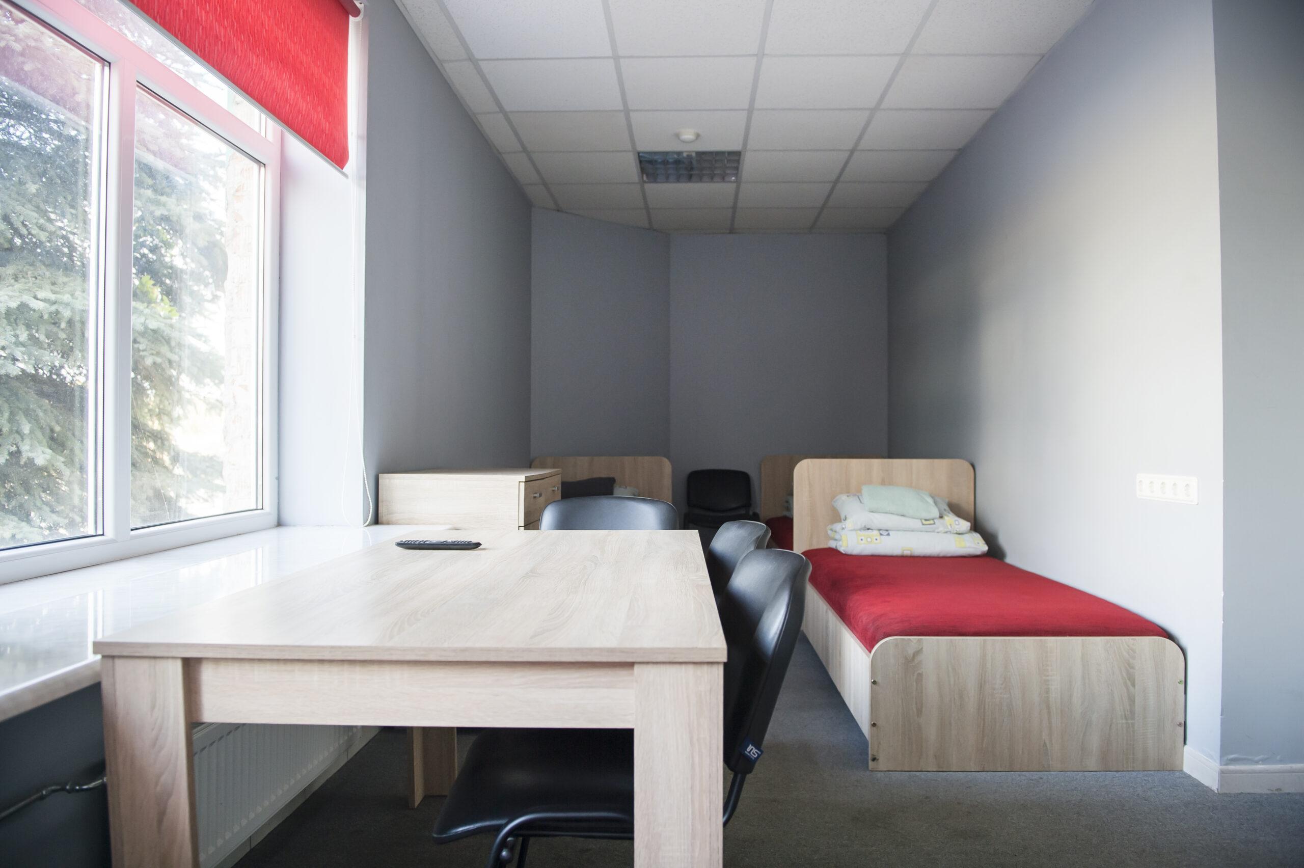 Trivietis kambarys su dušu ir tualetu (4)